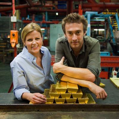 Ellie Harrison ja Dallas Campbell nojailemassa 5,5 miljoonan punnan arvoiseen kultaharkkokasaan