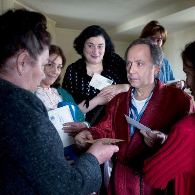 Fabrice Luchini ja muita elokuvassa Kuudennen kerroksen naiset