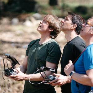 Kolme Ylen ulkotuotannon miestä lennättävät dronea