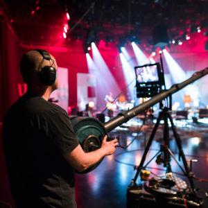 Kuvaaja kraanan kanssa televisiostudiossa.