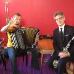 Janne Koskinen opetteli improvisaatiota Kimmo Pohjosen opastuksella Stradassa.