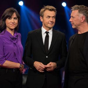 Petra Mede, Fredrik Skavlan och Mikael Persbrandt står bredvid varandra med roliga miner.
