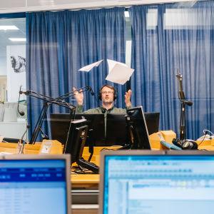 Toimittaja Ylen radio-toimituksessa