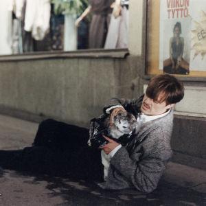 Claes Olsson elokuvassaan Elvis-kissan jäljillä.