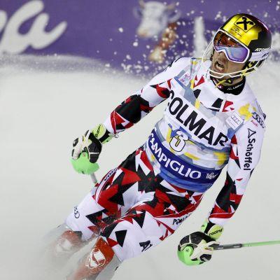 Marcel Hirscher grimaserar efter avslutat slalomlopp.