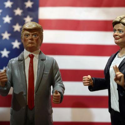 Figuriner som avbildar Donald Trump och Hillary Clinton i Neapel i Italien