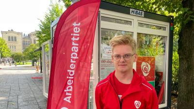 Man framför Arbeiderpartiets valstuga i Norge.