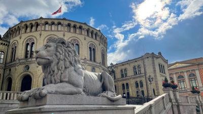 En lejonstaty utanför Stortinget.