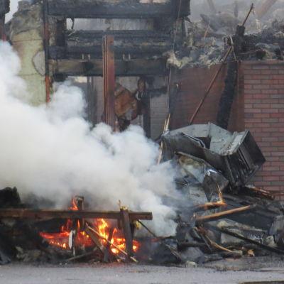 Hotellin päärakennus tulessa Harjavallassa.