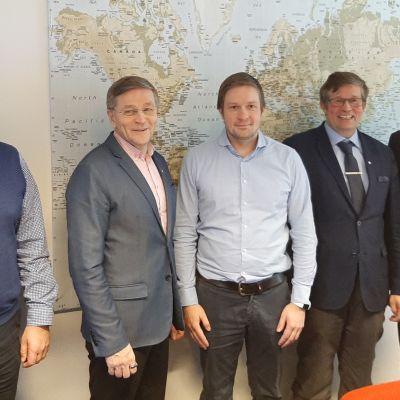 Vasemmalla hallituksen jäsenet Yrjö Trög ja Jukka Kolmonen. Keskellä  tj Janne Vaara, Sitten VV tj Jussi Vaara ja  hpj teollisuusneuvos Jalo Poijula.