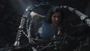 Alita kämpar för att komma loss ur en spindelliknande robots grepp.