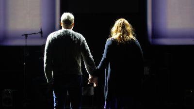 Tunnit, viikot, kuukaudet -näytelmän pariskuntaa näyttelevät Petra Karjalainen ja Timo Tuominen.