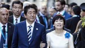 Japans premiärminister Shinzo Abe och hans fru Akie Abe i Italien i maj 2017.