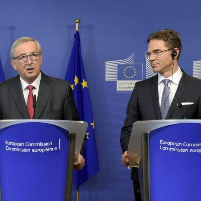 EU-kommissionens ordförande Jean-Claude Juncker talar och vice ordförande Jyrki Katainen lyssnar.