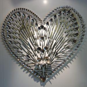 Knivar, skedar och gafflar formade som ett hjärta.