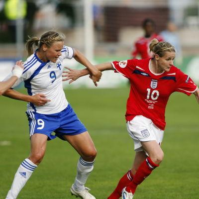 Kelly Smith i farten mot Laura Österberg Kalmari.