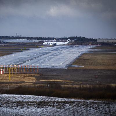 Huoltovarmuuskeskuksen tilaamia suojavarusteita kuljettava Finnairin lentone laskeutuu Helsinki-Vantaan lentokentälle 14.4.2020.