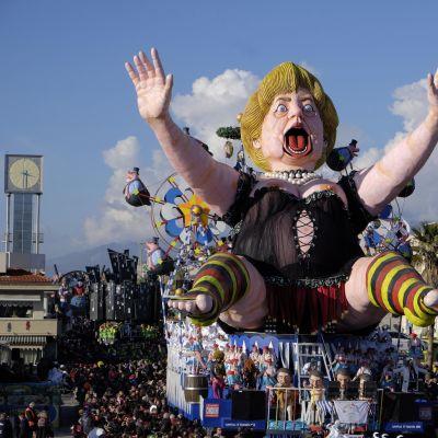 Saksan liittokanslerin Angela Merkelin näköishahmoa kuljetetaan karnevaalikulkueessa Viareggiossa, Italiassa helmikuussa 2015.