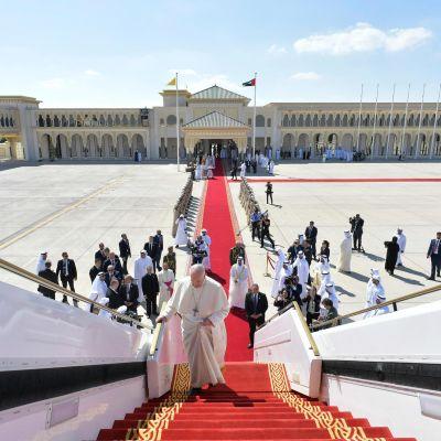 Paavi Franciscus nousee koneeseen Abu Dhabissa.