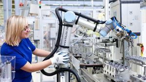 Anställd testar samarbete mellan mänska och robot hos VW