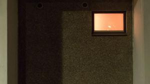 taloyhtiön saunan ikkuna ulkoa päin kuvattuna