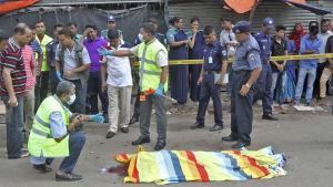 En högt uppsatt polismans hustru höggs ihjäl på öppen gata då hon var på väg till en busshållplats med sin son