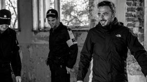 Regisören Tonislav Hristov under inspelningen i huset där flyktingarna värmt sig vid en brasa.