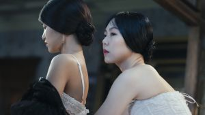Lady Hideko hjälper sin husjungfru att klä av sig.