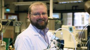 Juha-Pekka Pitkänen, ledande forskare vid Teknologiska forskningscentralen VTT står i ett laboratorium.