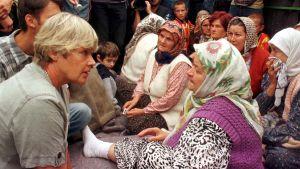 Elisabeth Rehn besöker bosniakiska flyktingar i ett flyktingläger i byn Sapna den 6 augusti 1998.