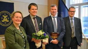 Jaana Mäkikalli (WTC Turku), Hanno Narjus (Teleste), Jukka Rinnevaara (Teleste) och Matti Löyttyniemi (Åbo Handelskammare) vid utdelningen av Årets exportpris 2015.