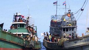 Rohingyaflyktingar från Burma på en övergiven flyktingbåt.