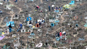 Människor på en gravgård i Lima i Peru