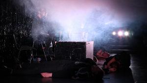 Foto från Noitavaino, ett samarbete mellan Klockriketeatern och Teatteri Takomo.
