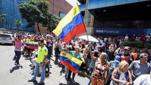 Människor som deltog i söndagens folkomröstning i centrum av Caracas.