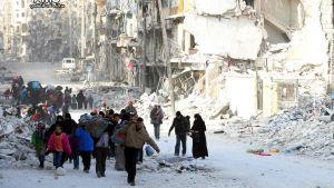 Syriska familjer flyr östra Aleppo 29 november 2016.