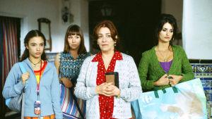 Paula (Yohana Cobo), Sole (Lola Dueñas), Irene (Carmen Maura) ja  Raimunda (Penélope Cruz) elokuvassa Volver