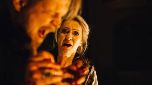 Antti Luusuaniemi och Katariina Kaitue i Nationalteaterns uppsättning av Macbeth.