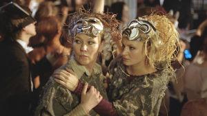 Kahden vahvan naisen (Outi Mäenpää ja Riia Kataja) välille kehittyy epätodennäköinen ystävyys elokuvassa Musta jää. Yle kuvapalvelu.