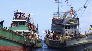 Flyktingar från Rohingya-minoriteten utanför Malaysias kust.