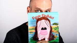 Lasse Grönroos läser boken Figge Flodhäst