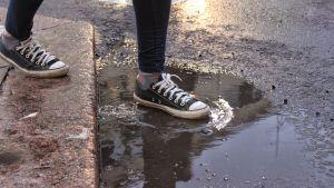 En person som stiger i en vattenpöl