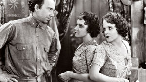 Roscoe (Roscoe Ates) ja siamilaiset kaksoset (Daisy ja Violet Hilton) elokuvassa Freaks – kummajaiset