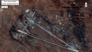 Amerikanska försvarets flygbild av flygbasen al-Shayrat nära staden Homs i Syrien.
