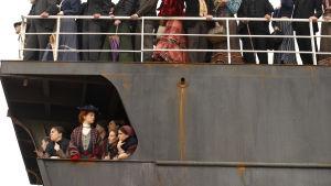 Mancuson perhe saapuu Amerikkaan alakannella. Kuva elokuvasta Kultainen portti