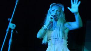 När Judith var i LA upträdde hon på en open mic-tillställning.