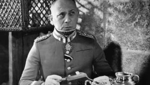 Erich von Stroheim esittää saksalaisupseeria Jean Renoir'n elokuvassa Suuri illuusio (1937). Yksi Elämää suuremmat elokuvat -radiosarjassa käsitellyistä elokuvista.
