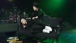 Armi Toivanen och Jarkko Niemi som mor och son i Kauheat lapset på Teatteri Takomo.
