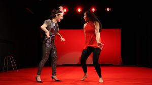 Teatteri Takomo: Teoreema. kuvassa Noora Dadu ja Pinja Hahtola.
