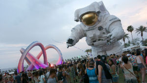 Coachella 2014. Konstinstallationer: Lightweaver, by Stereo-bot; and Escape Velocity, the #CoachellaAstronaut, by Poetic Kinetics